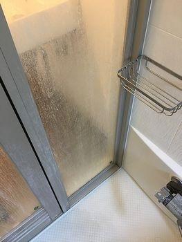 ガラス戸ウロコ汚れ